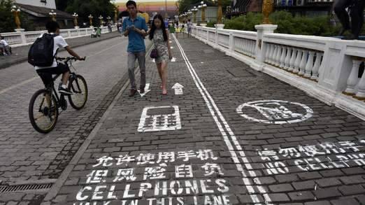 Corsia-smartphone per i marciapiedi cinesi